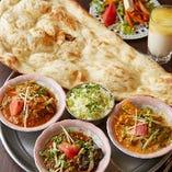 チキンやシーフード、豆と野菜のカレーなど6種のインドカレーからお好みのものを選べる「三種のカレーランチ」