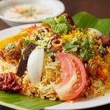 バスマティ米という香り米をスパイスと肉、野菜、魚などの素材と炊き合わせて作る米料理「ビリヤニ」は当店の看板メニューです