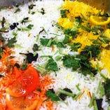 野菜などの具材とスパイス、バスマティ米を専用の「ビリヤニ鍋」で炊きあげております