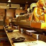 カウンター席で食べる人情味あふれる串カツ!