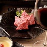 赤ワインとお肉のマリアージュをお楽しみください