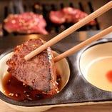 当店が選び抜いた自慢のお肉を自家製のタレでどうぞ