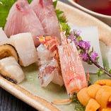 生け簀に泳ぐ魚を調理。丁寧な仕事で旬魚の旨さを引き出します!
