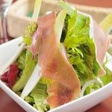 本場イタリア パルマ産生ハムと水菜のサラダ