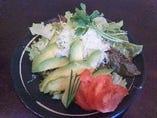 アボカドと彩サラダ