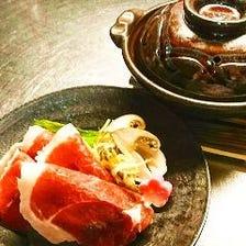 【旨味の強い赤身を使用】少し厚めにスライスしたモモ肉を白味噌仕立て甘いスープで「天然猪牡丹鍋 梅」