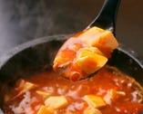アッツアツの石焼き麻婆豆腐。辛味と旨味のバランスが絶妙の一品。
