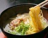 名物★天真鍋ラーメン。アツアツのスープは、さっぱり味。トッピングに乗った茶美豚の脂の旨味もブレンドされたクセになる一品。