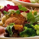 前菜は生ハム、パテドカンパーニュ、魚介カルパッチョなど本格派