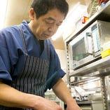 厨房にはいつも熟練料理人の姿が