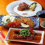 「どて焼き串煮」や「柔らか牛カツ」など、手軽につまめる串メニュー。