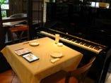 ピアノ演奏やライブも定期的に開催中 カップルでもどうぞ♪