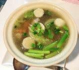 透明なトムヤムスープ
