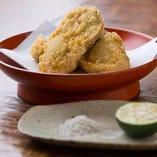 季節のメニューも多い。冬は広島産の大粒牡蠣を厳選し天ぷらに。