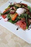 自家製ベーコンと季節の野菜サラダ