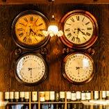 アンティキ象徴の夫婦時計。上質な時を刻む時の流れもゆったりと…。