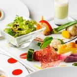 本格イタリア料理を、夜より気軽に堪能できるランチは人気です。