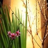 店内入口は四季の生花