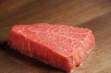 鉄板で焼く、厳選した黒毛和牛赤身肉