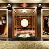 横浜駅から徒歩1分。横浜ベイシェラトンホテル内3階です。