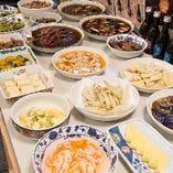 店内には、いろいろな総菜をご準備しています。お酒の肴に。
