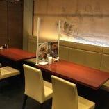 お客様が安心してお食事できるようアクリル板を設置しております