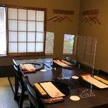 各テーブルに飛沫防止用のアクリル板をご用意