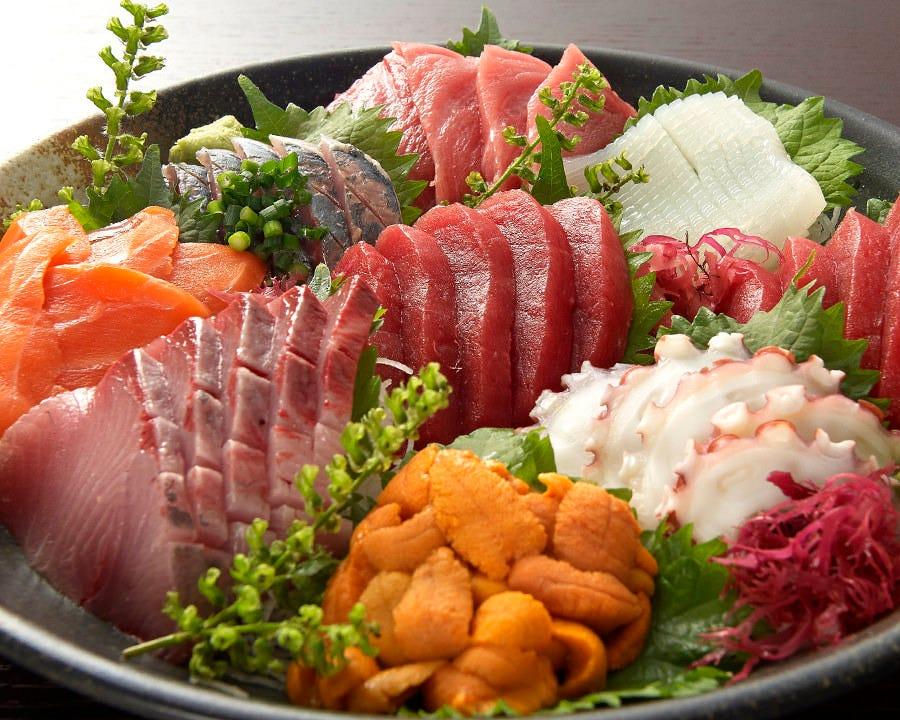 新鮮な鮮魚を使ったコース料理はどれも絶品!写真は刺身9点盛り