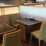 【テーブル席】お一人様でのランチや、ご夫婦でのお食事などに。