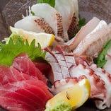 市場で仕入れる鮮魚を丁寧に捌いてお造りやカルパッチョに