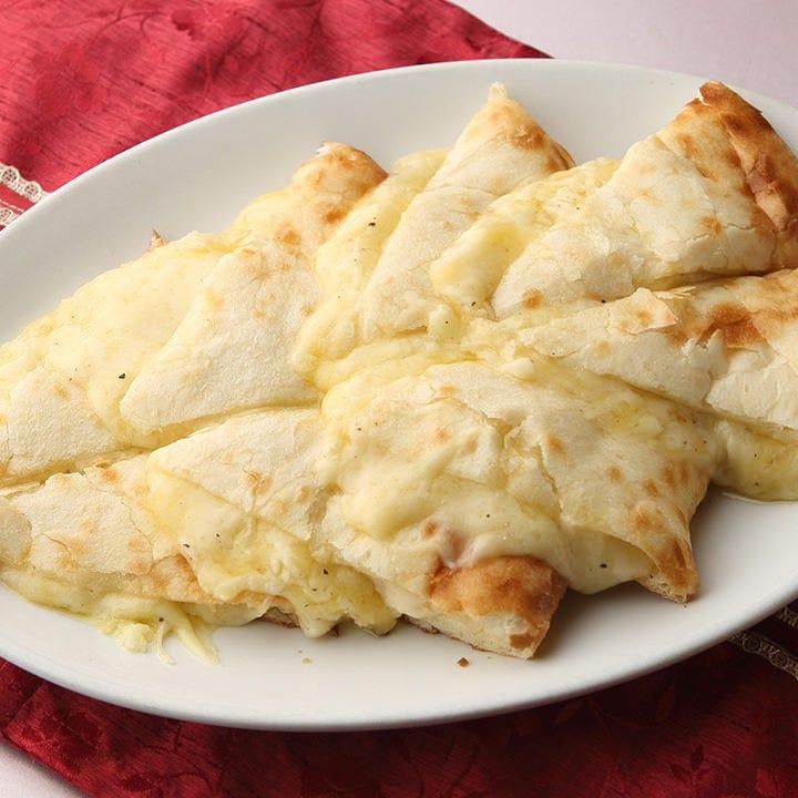 もちもちの生地の食感ととろ~りチーズが大人気!チーズナン