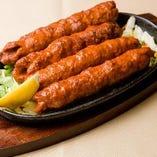 マトンのひき肉に玉ねぎ、ピーマンをオリジナルスパイスで練り込んでます。シークカバブ