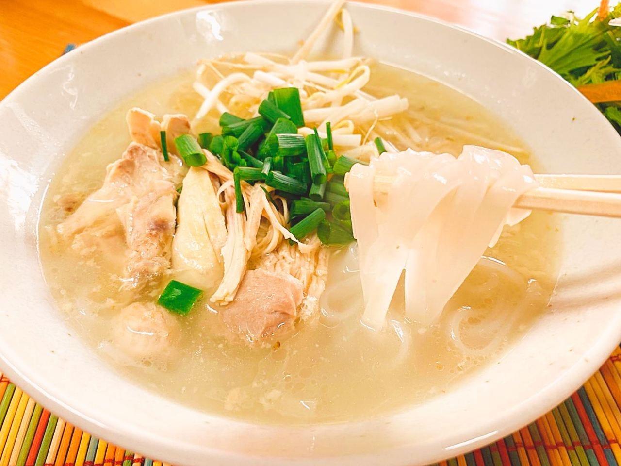 自家製スープで作る「鶏フォー」は当店こだわりの一品!