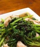 「鶏肉とパクチーの炒め物」はスープまでおいしい一品です!