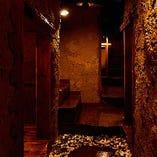洞窟のような非日常空間の店内でお客様の気分を盛り上げます