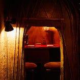神秘的な洞窟ムードを演出する、デートにおすすめの個室席(2名様×4卓)