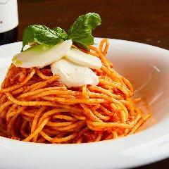 バジルとモッツァレラチーズのトマトソーススパゲッティ