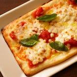 トマトとバジルのおつまみピザ
