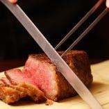 日替わりお肉の塊肉ステーキはお席でカットします。