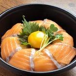 月見サーモン丼(燻製醤油)