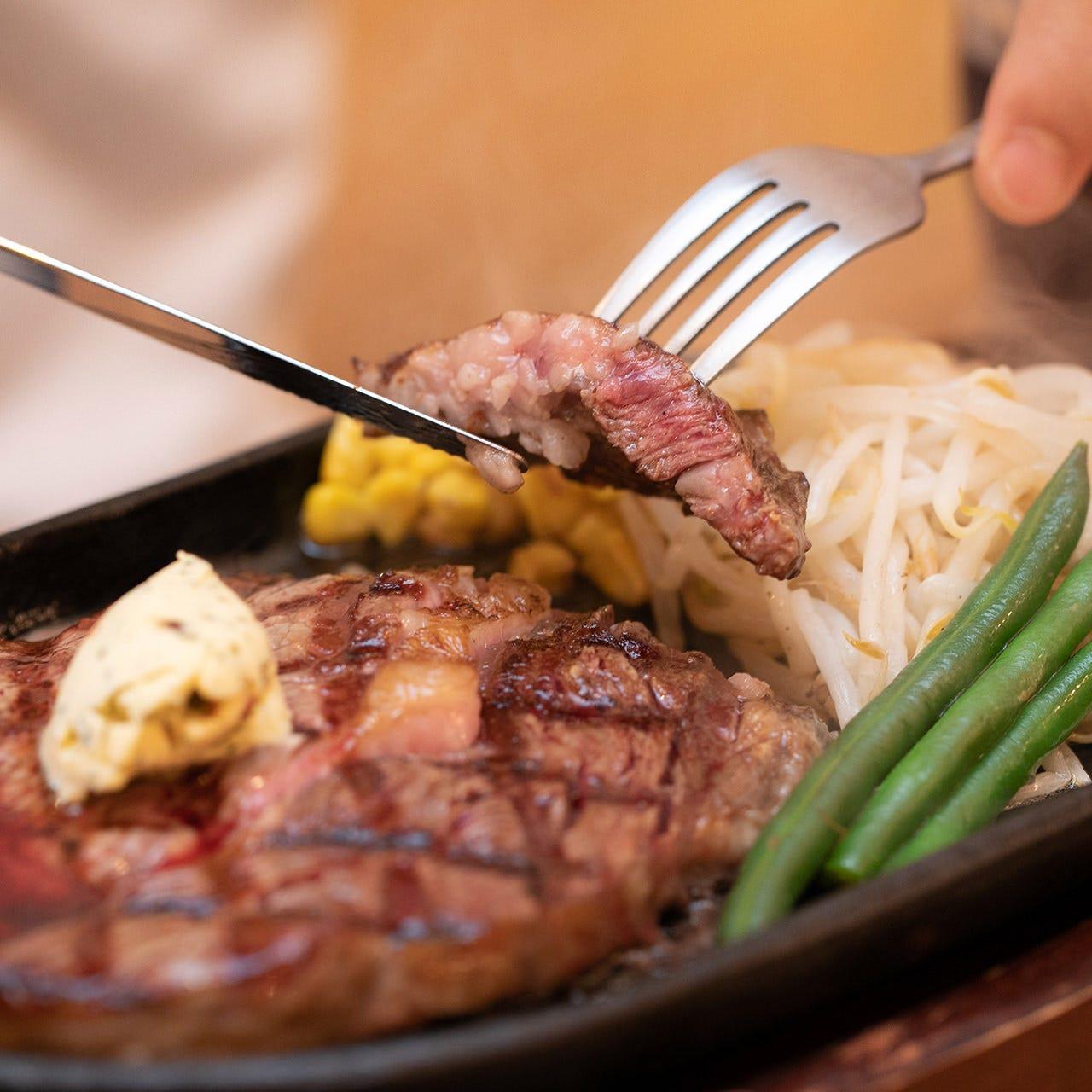 ジューシーで旨みたっぷり♪肉のプロによる上質なステーキ