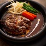 和牛のバラ肉やタンなど、こだわりのブレンドで手作り「精肉店の粗挽きハンバーグ」