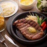 ステーキまたはレギュラーメニューには無料のライスやセットメニューあり