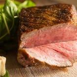 肉の旨みが凝縮されたお肉の中の色は鮮やかなロゼ