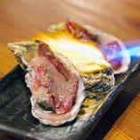 【炙り肉牡蠣】生牡蠣とブリスケを炙り、浜焼き醤油で食す新メニュー