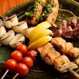 地鶏の串や季節の野菜を炭火焼きで