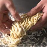 淡路島産デュラム小麦のセモリナ粉と北海道産小麦粉を当店オリジナルの配合でブレンド。水だけで打ち上げた生地を丁寧に熟成しました。