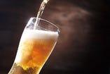 AAWAJI BEERは、ビール本来の深い味わい、そして豊かな香りを大切に仕上げました。淡路島の恵まれた山海の幸の味を壊さず、楽しんでいただける柔らかい味わいです。当店では、ピルスナーや、ヴァイツェン、アルト、レッドエール、島レモンの5種類をラインアップしています。