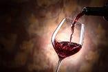 ワインは、パラレル(赤、白)、カベルネ(赤)、シャルドネ(白)のボトル提供と併せて、カベルネとシャルドネをグラスでお楽しみいただけます。