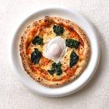 卵とホウレン草のピザ